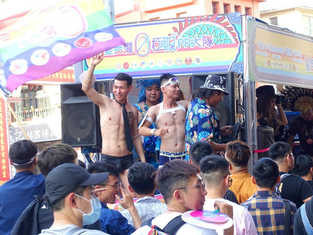 台南彩虹遊行(台南レインボープライド)2020のパレードカーに立つマッスル男子