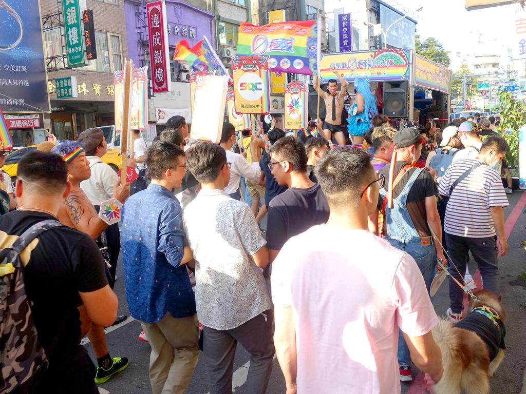 台南彩虹遊行(台南レインボープライド)2020のパレードカー周辺で盛り上がる参加者たち