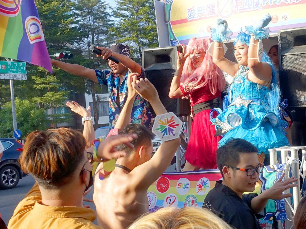 台南彩虹遊行(台南レインボープライド)2020のパレードカーに立つドラァグクイーン