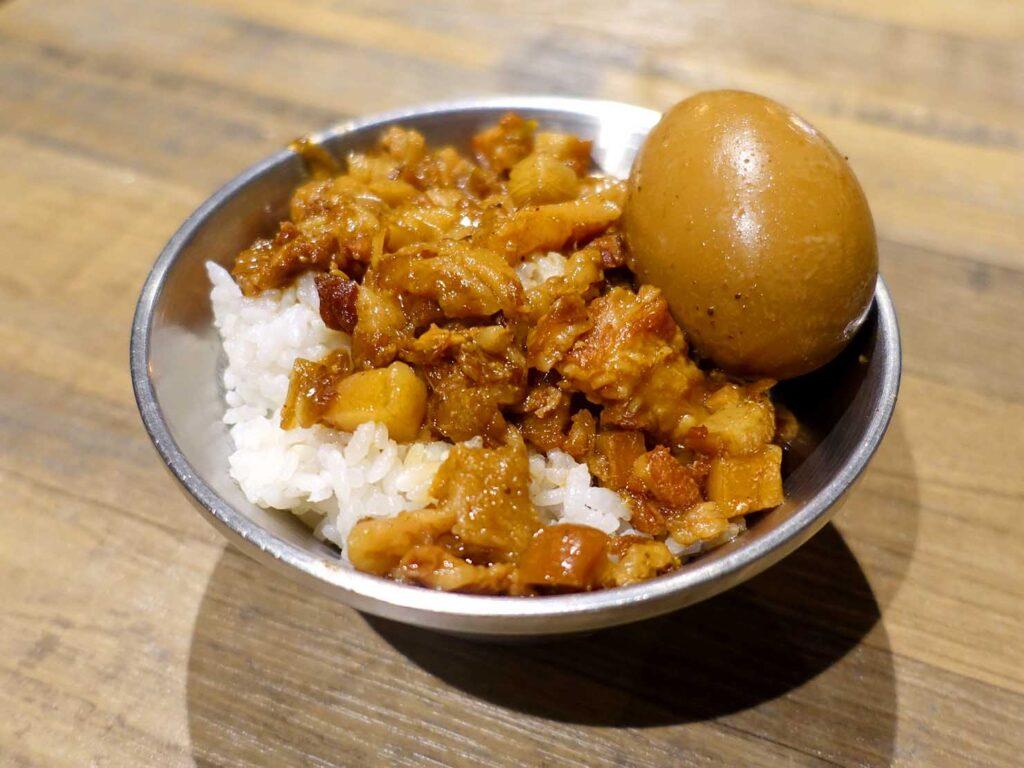 台北・中正紀念堂のおすすめグルメ店「捌玖玖滷肉飯」の滷肉飯+滷鴨蛋