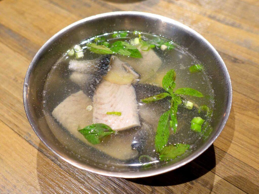 台北・中正紀念堂のおすすめグルメ店「捌玖玖滷肉飯」の魚皮湯
