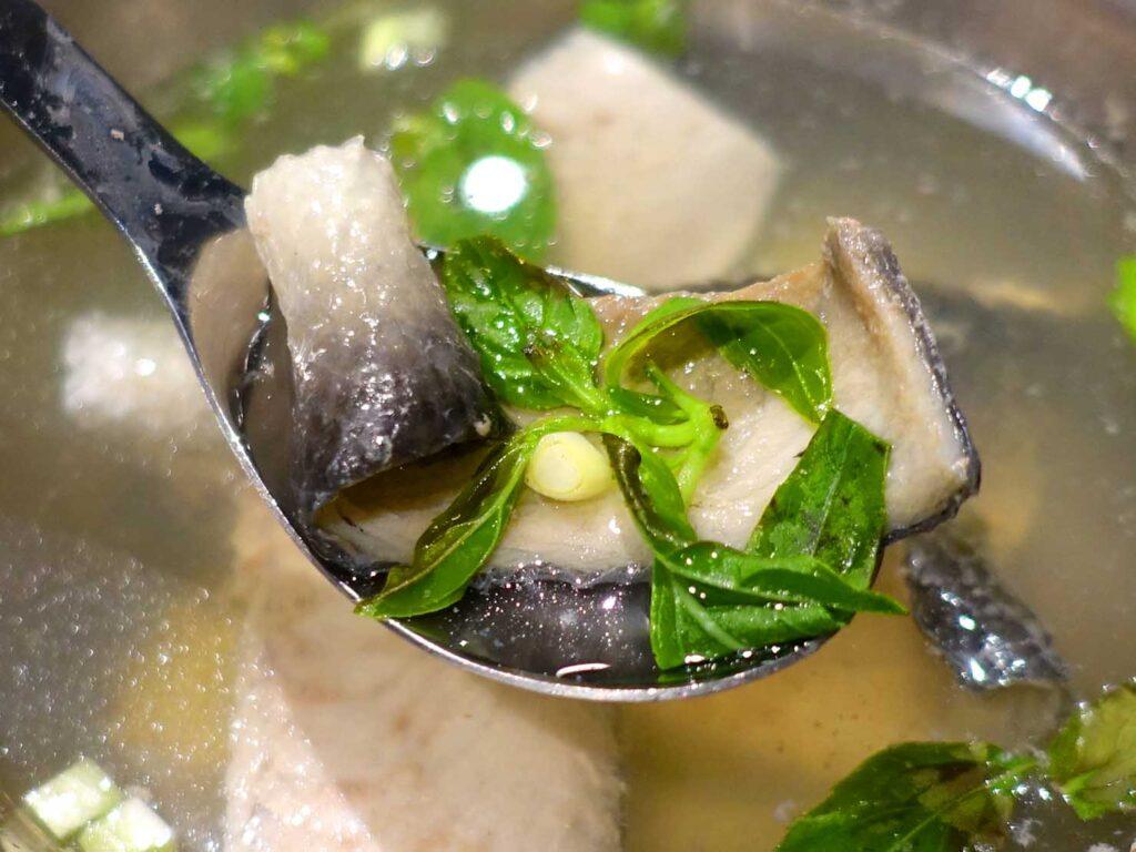 台北・中正紀念堂のおすすめグルメ店「捌玖玖滷肉飯」の魚皮湯クローズアップ