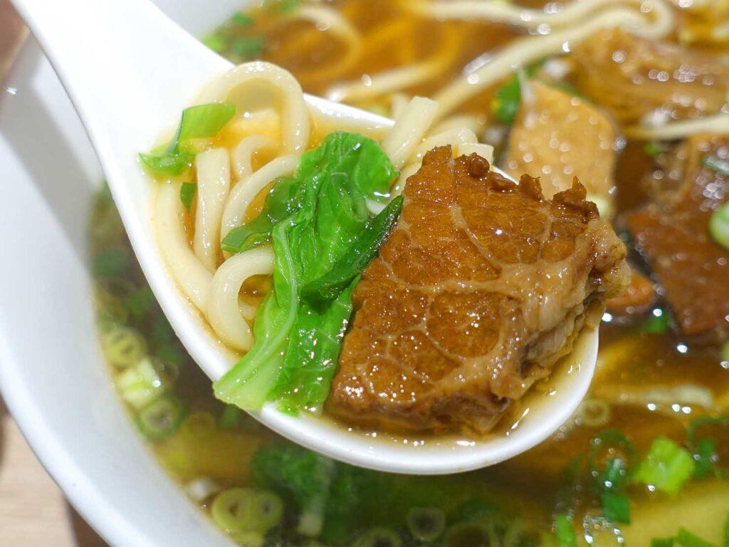 台北・中正紀念堂のおすすめグルメ店「安宅」の牛肉燉麵クローズアップ