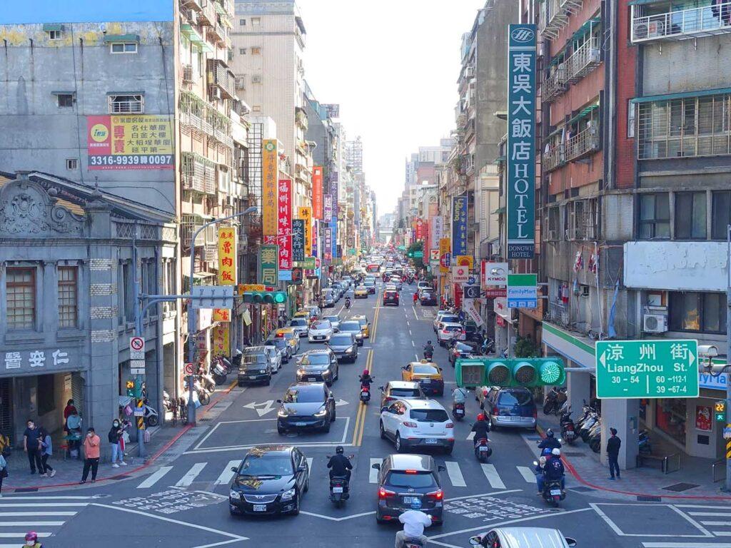 台湾料理教室&プライベートレストラン「好客台北 Be My Guest Taipei」の迪化街ガイドで永樂國小前から眺める延平北路