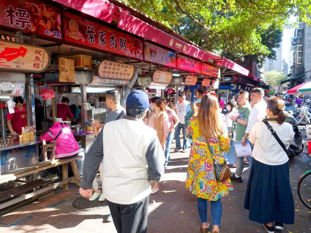 台湾料理教室&プライベートレストラン「好客台北 Be My Guest Taipei」の迪化街ガイドで訪れた慈聖宮美食街のおすすめ店を教えてくれるオーナーさん