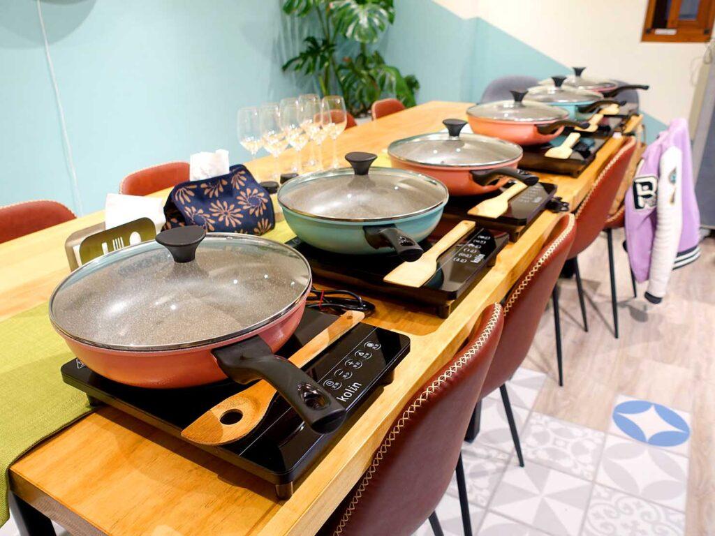 台湾料理教室&プライベートレストラン「好客台北 Be My Guest Taipei」のテーブルに並べられたフライパン