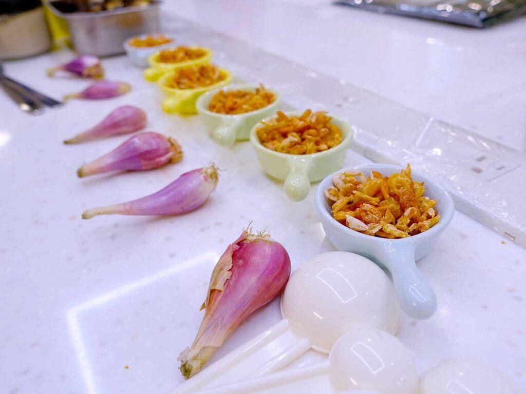 台湾料理教室&プライベートレストラン「好客台北 Be My Guest Taipei」のキッチンに準備されたエシャロットとサクラエビ