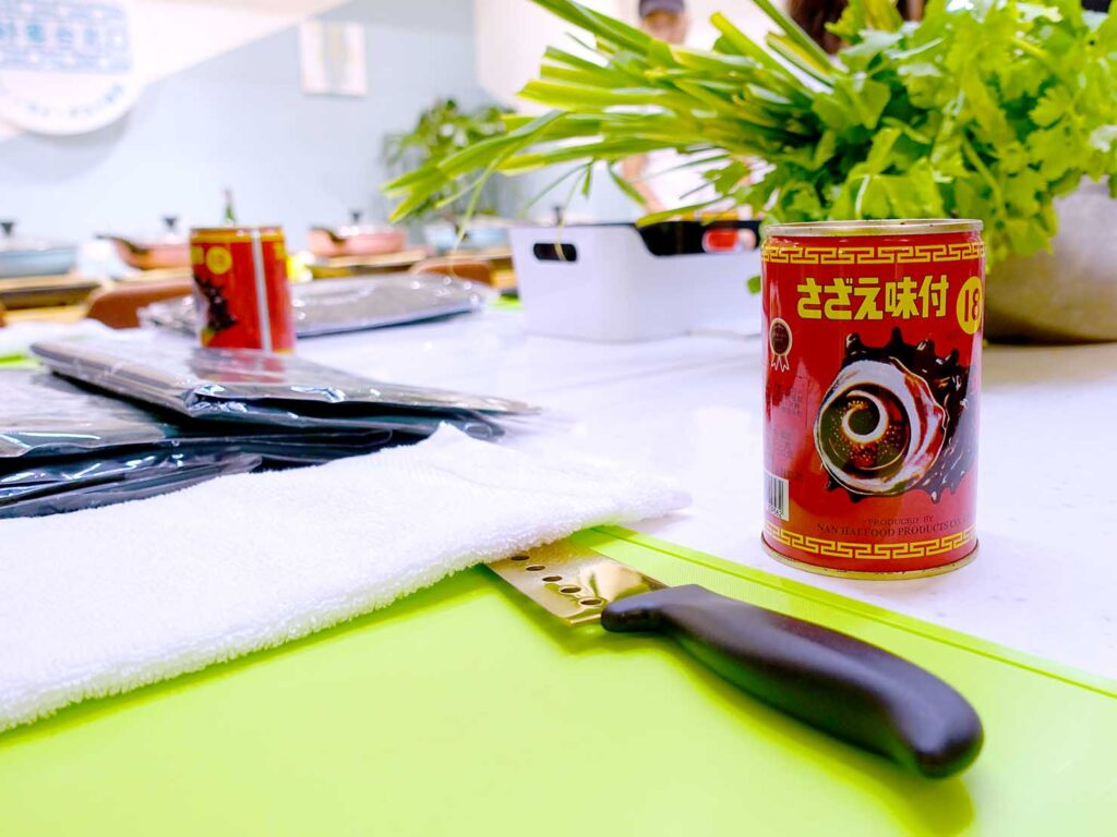 台湾料理教室&プライベートレストラン「好客台北 Be My Guest Taipei」のキッチンに準備されたサザエの缶詰
