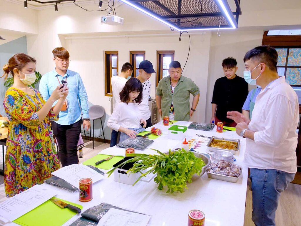 台湾料理教室&プライベートレストラン「好客台北 Be My Guest Taipei」のキッチンでレッスン開始