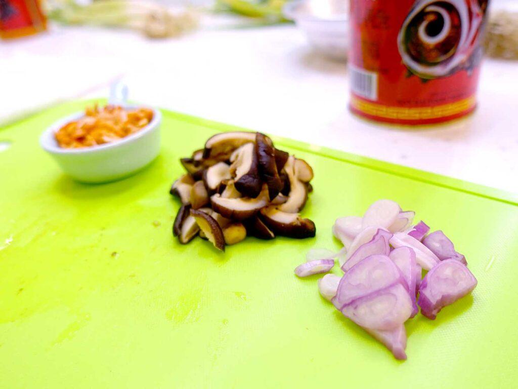 台湾料理教室&プライベートレストラン「好客台北 Be My Guest Taipei」のキッチンで食材をカット