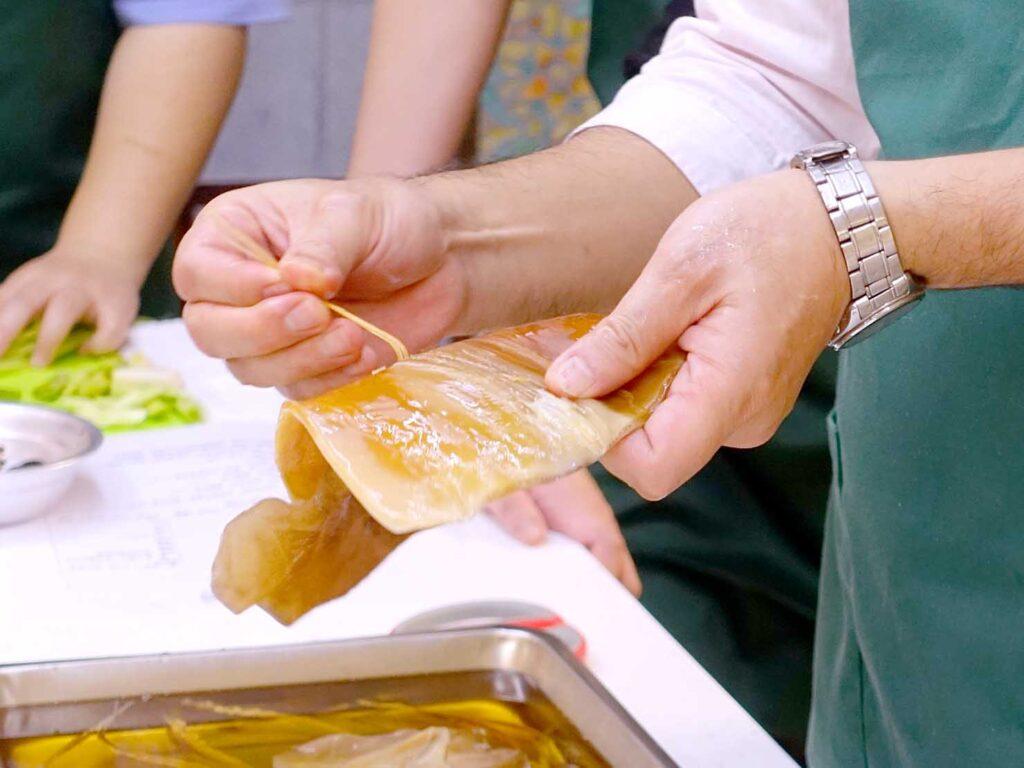 台湾料理教室&プライベートレストラン「好客台北 Be My Guest Taipei」のキッチンでスルメイカの調理方法をレクチャーするオーナーさんの手元