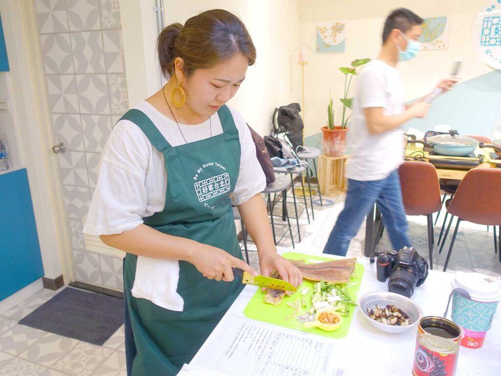 台湾料理教室&プライベートレストラン「好客台北 Be My Guest Taipei」の料理教室に参加中のRieさん