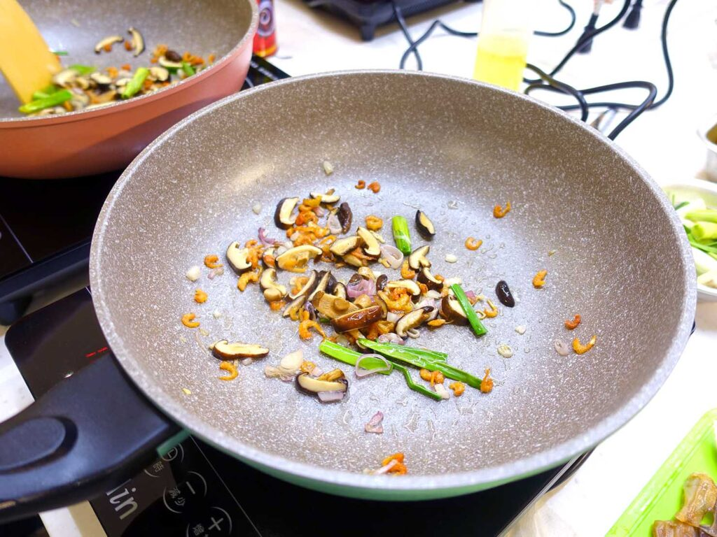 台湾料理教室&プライベートレストラン「好客台北 Be My Guest Taipei」のキッチンで食材を炒める