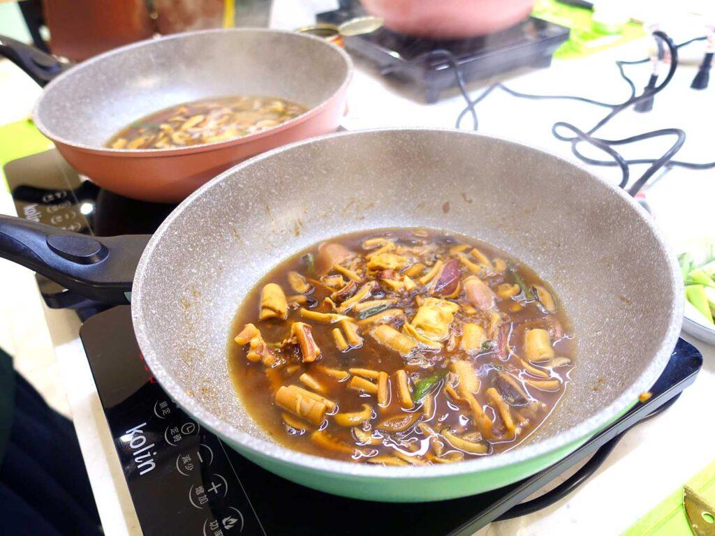 台湾料理教室&プライベートレストラン「好客台北 Be My Guest Taipei」のキッチンで食材を煮込む