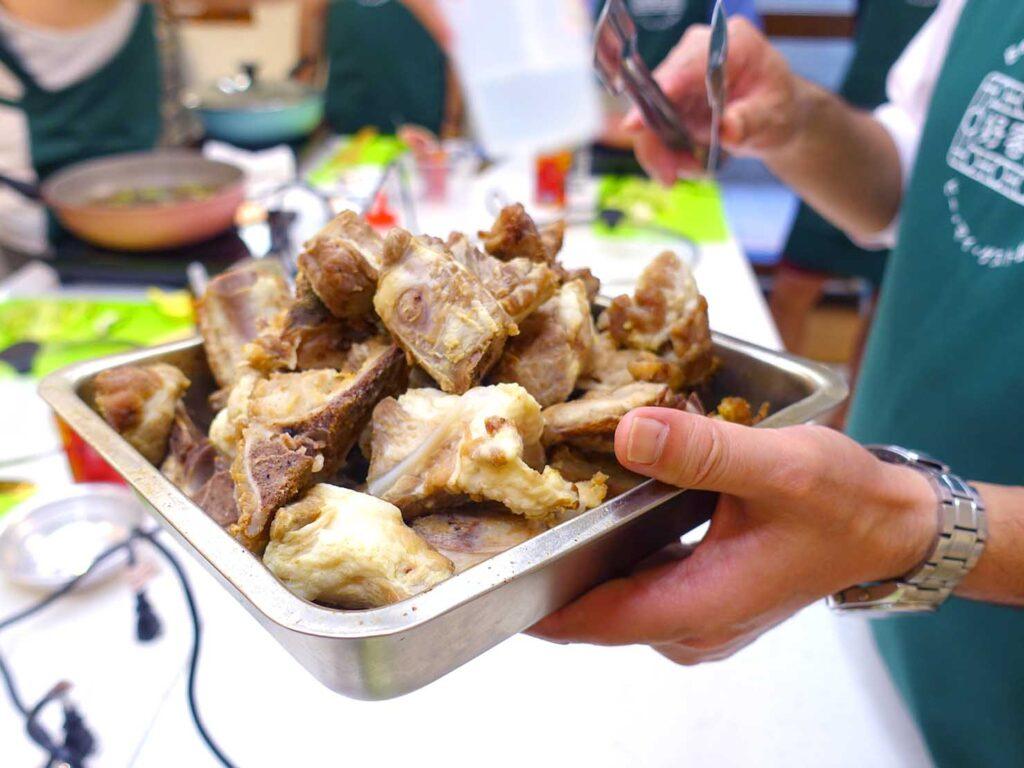 台湾料理教室&プライベートレストラン「好客台北 Be My Guest Taipei」のキッチンに準備された豚バラ肉