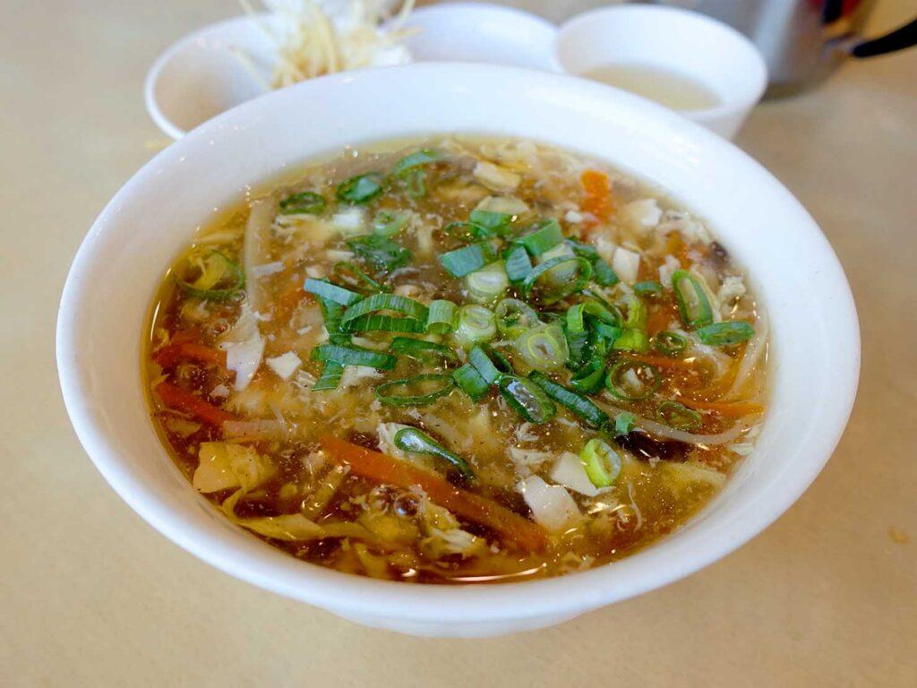 台北・中正紀念堂のおすすめ小籠包店「黃龍莊」の酸辣湯