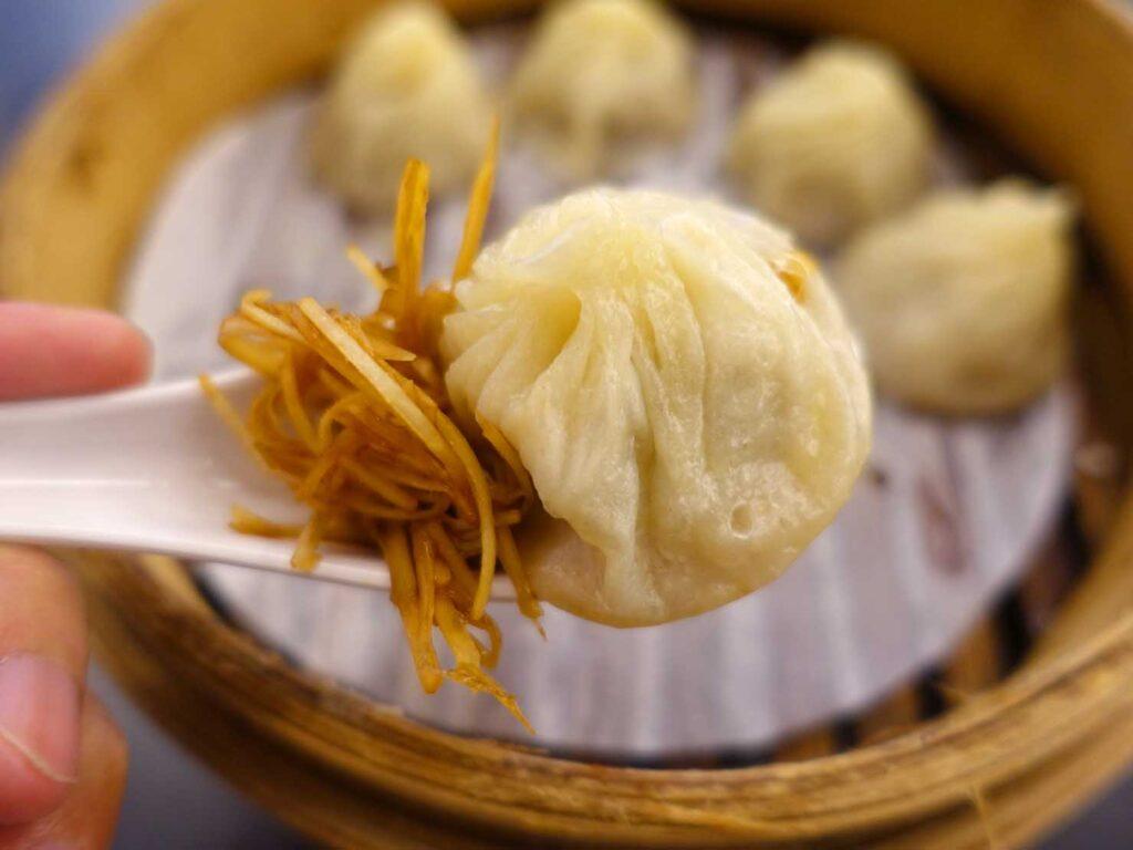 台北・中正紀念堂のおすすめ小籠包店「杭州小籠包」の小籠湯包クローズアップ