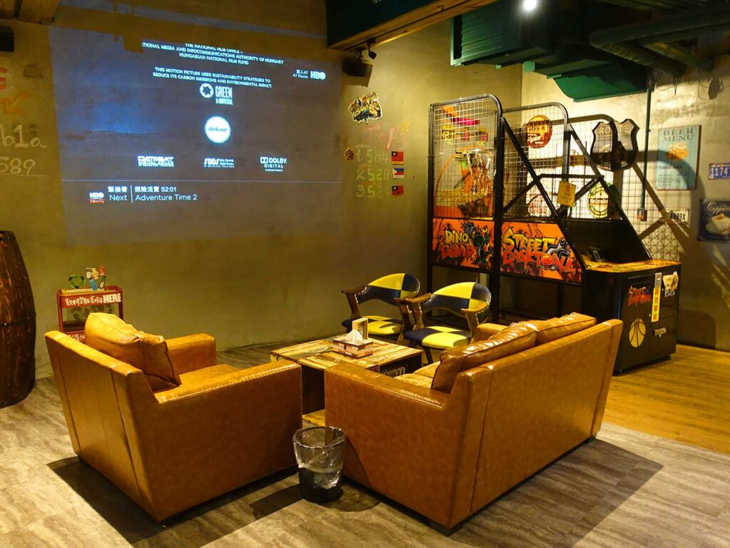 台北のおすすめLGBTフレンドリーホテル「路徒行旅 Roaders Hotel」ロビーのソファ席