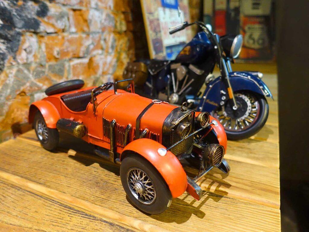 台北のおすすめLGBTフレンドリーホテル「路徒行旅 Roaders Hotel」ロビーに置かれた車の模型