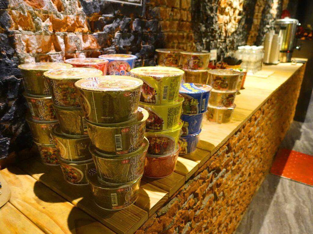台北のおすすめLGBTフレンドリーホテル「路徒行旅 Roaders Hotel」ロビーに準備されたカップ麺