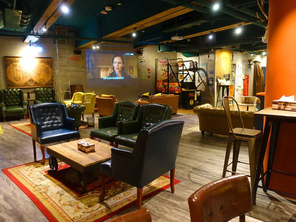 台北のおすすめLGBTフレンドリーホテル「路徒行旅 Roaders Hotel」ロビーのテーブル席