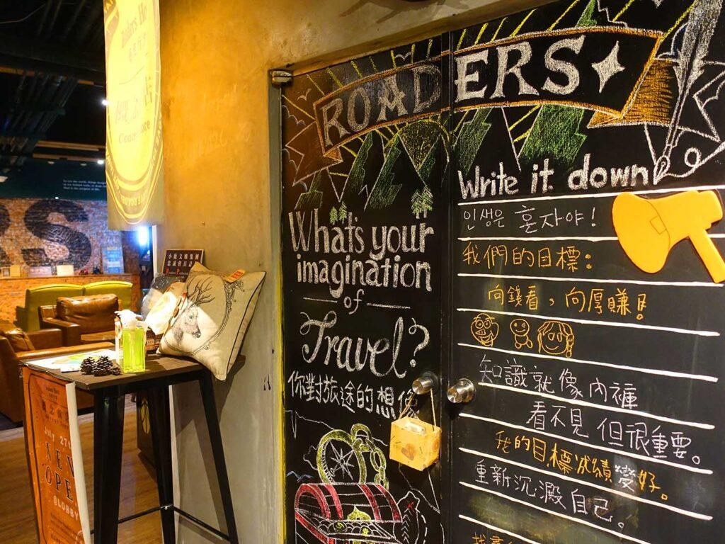 台北のおすすめLGBTフレンドリーホテル「路徒行旅 Roaders Hotel」ロビーの黒板
