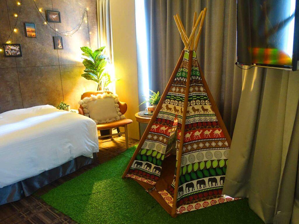 台北のおすすめLGBTフレンドリーホテル「路徒行旅 Roaders Hotel」デラックス・シングルルームに飾られたテント