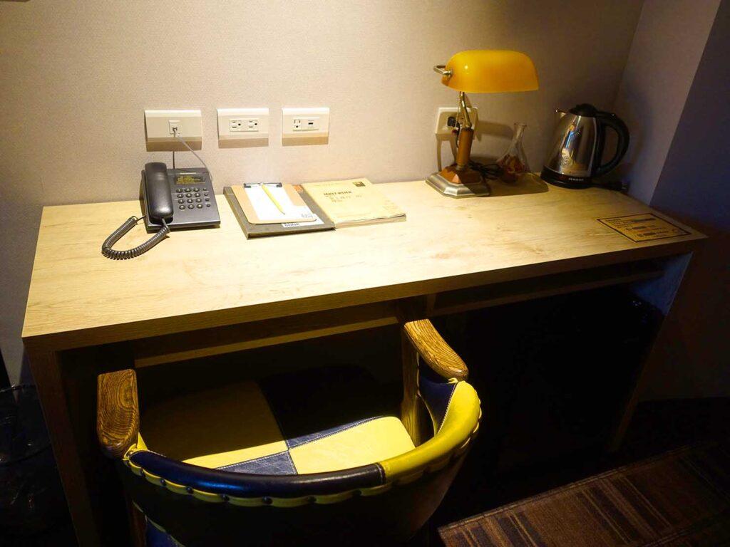 台北のおすすめLGBTフレンドリーホテル「路徒行旅 Roaders Hotel」デラックス・シングルルームのデスク