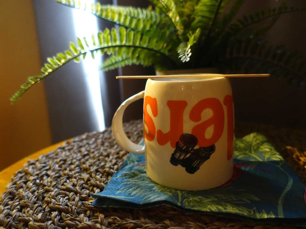 台北のおすすめLGBTフレンドリーホテル「路徒行旅 Roaders Hotel」デラックス・シングルルームに準備されたマグカップ