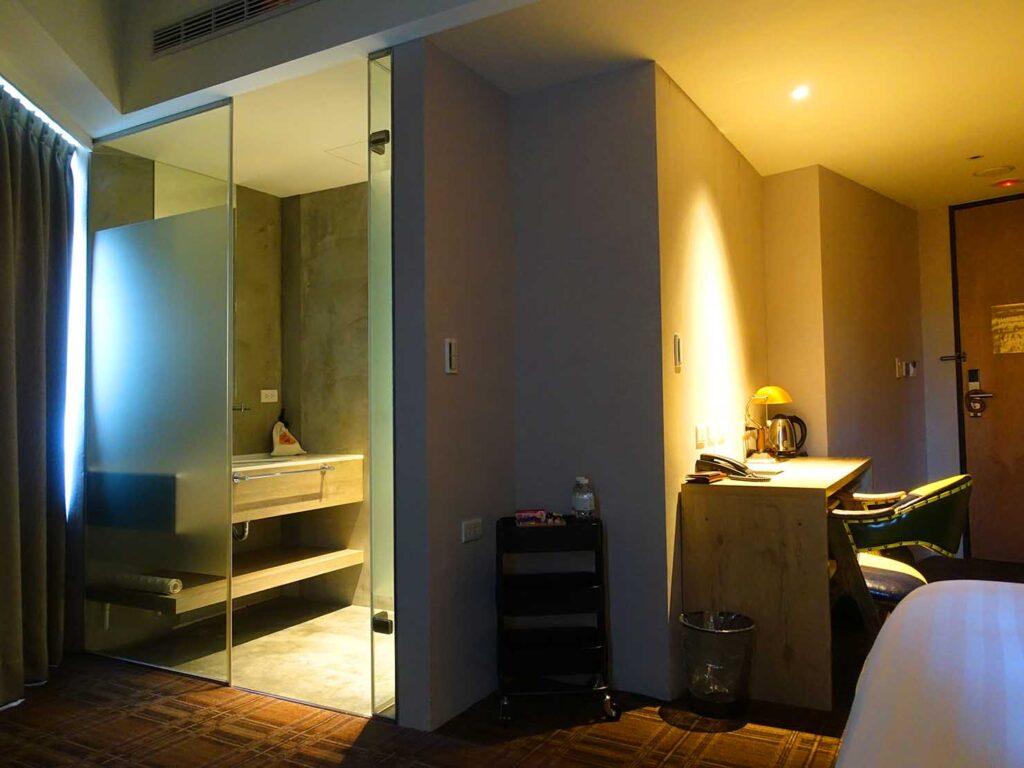 台北のおすすめLGBTフレンドリーホテル「路徒行旅 Roaders Hotel」デラックス・シングルルームのシャワールームへのドア