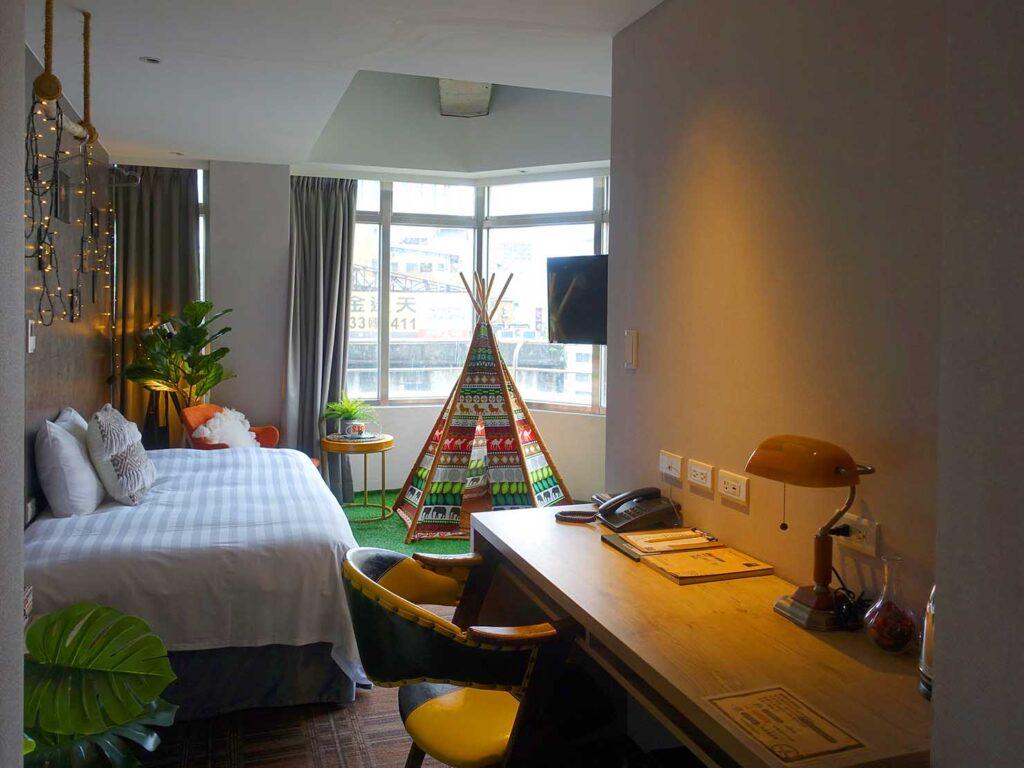 台北のおすすめLGBTフレンドリーホテル「路徒行旅 Roaders Hotel」カーテンを開けたデラックス・シングルルームを玄関側から