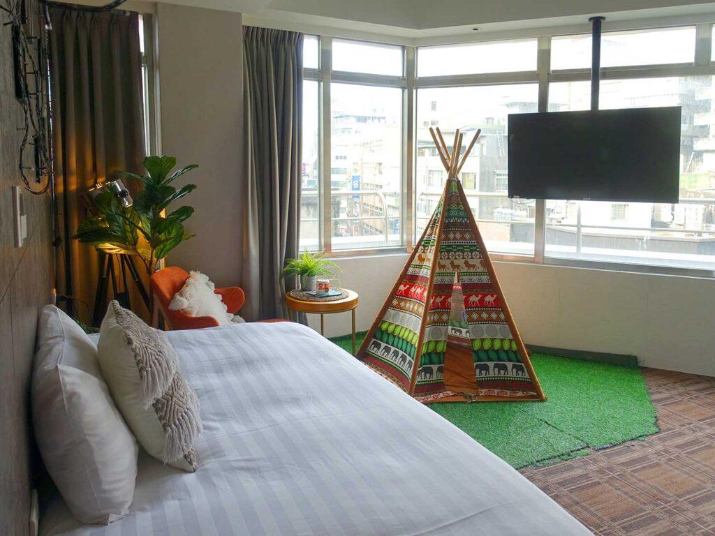 台北のおすすめLGBTフレンドリーホテル「路徒行旅 Roaders Hotel」カーテンを開けたデラックス・シングルルームを壁側から