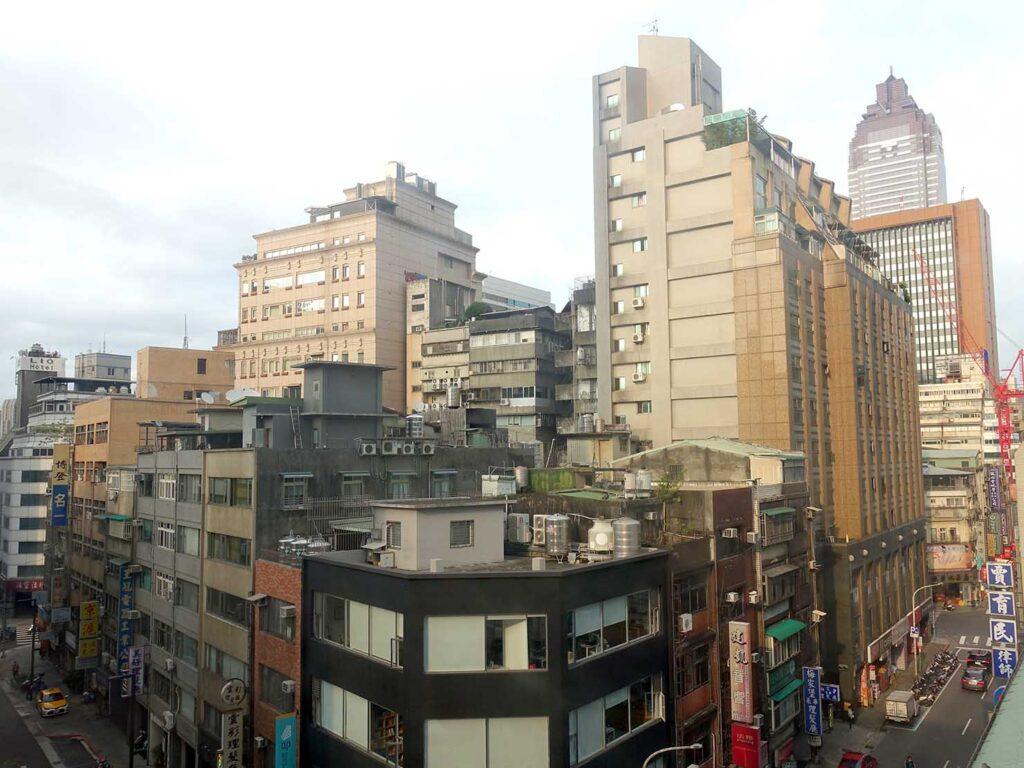 台北のおすすめLGBTフレンドリーホテル「路徒行旅 Roaders Hotel」デラックス・シングルルームの窓から眺める台北駅前の街並み