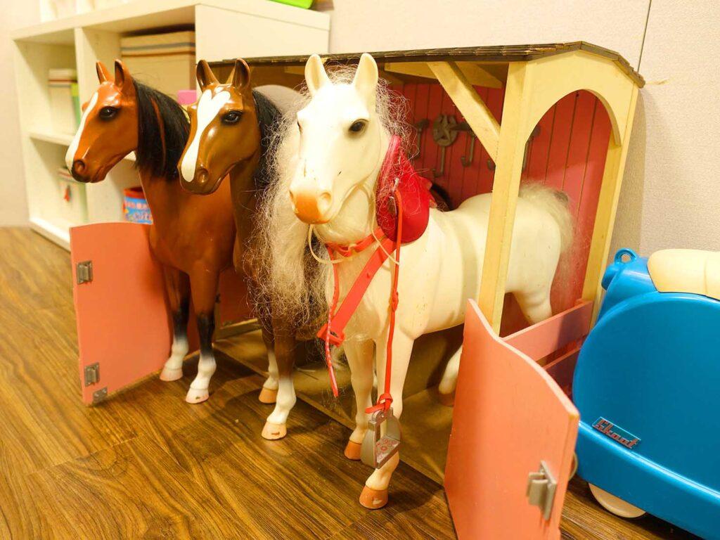 台北のおすすめLGBTフレンドリーホテル「路徒行旅 Roaders Hotel」キッズルームに置かれた馬のおもちゃ