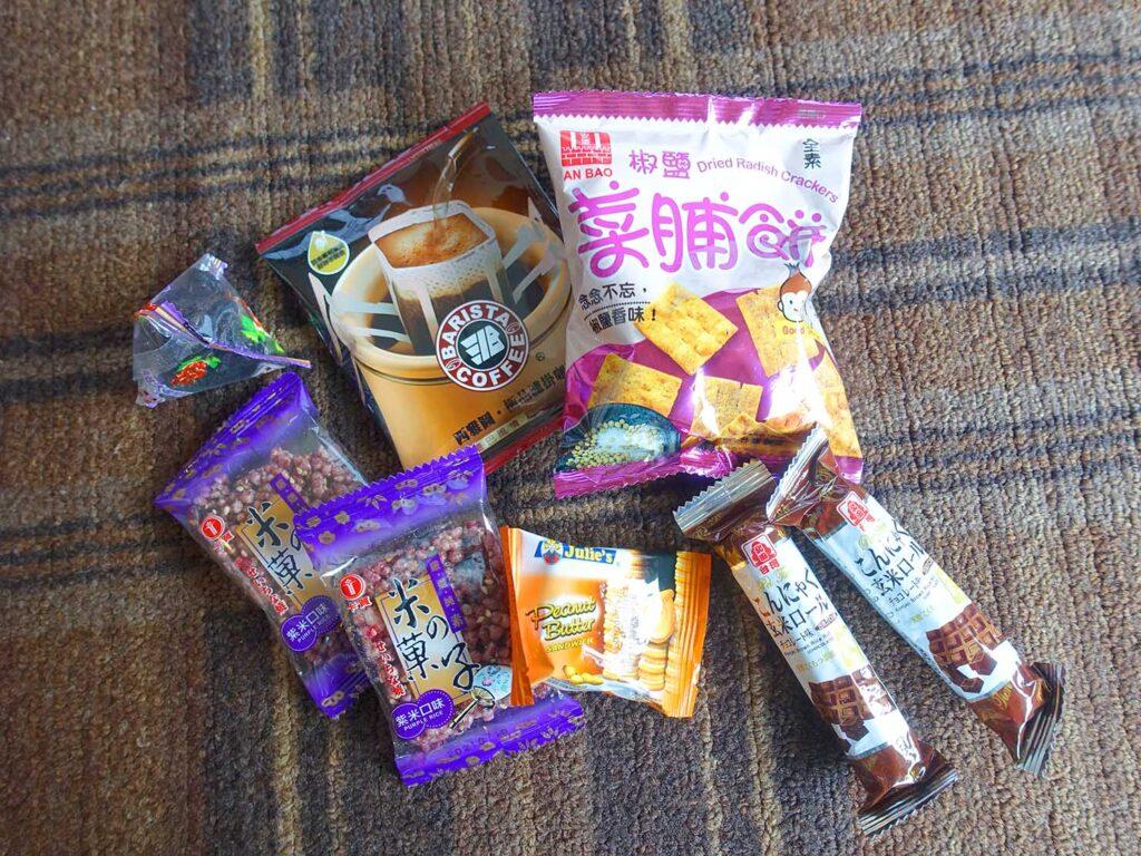 台北のおすすめLGBTフレンドリーホテル「路徒行旅 Roaders Hotel」デラックス・シングルルームに準備されたお菓子類