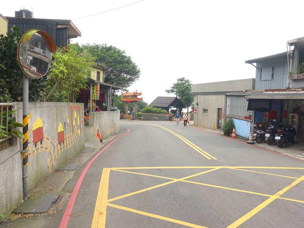 台北・九份の代天府バス停前の下り坂