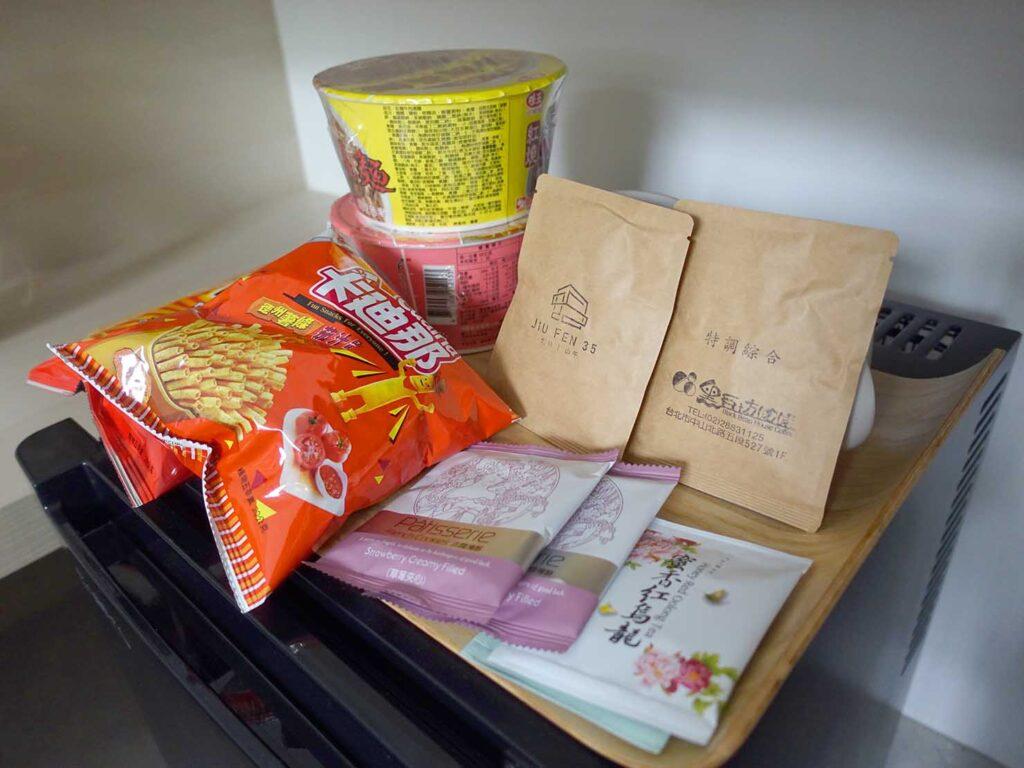 台北・九份のおすすめゲストハウス「九份山午」デラックス・クイーンルームに準備されたスナック類