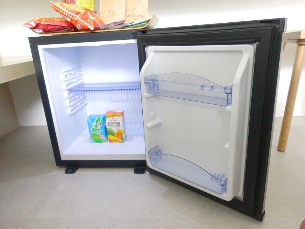 台北・九份のおすすめゲストハウス「九份山午」デラックス・クイーンルームの冷蔵庫