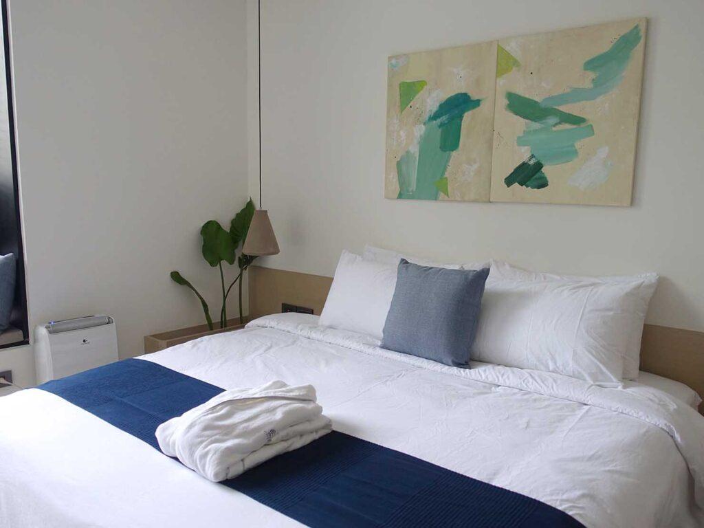 台北・九份のおすすめゲストハウス「九份山午」デラックス・クイーンルームのベッドを玄関側から