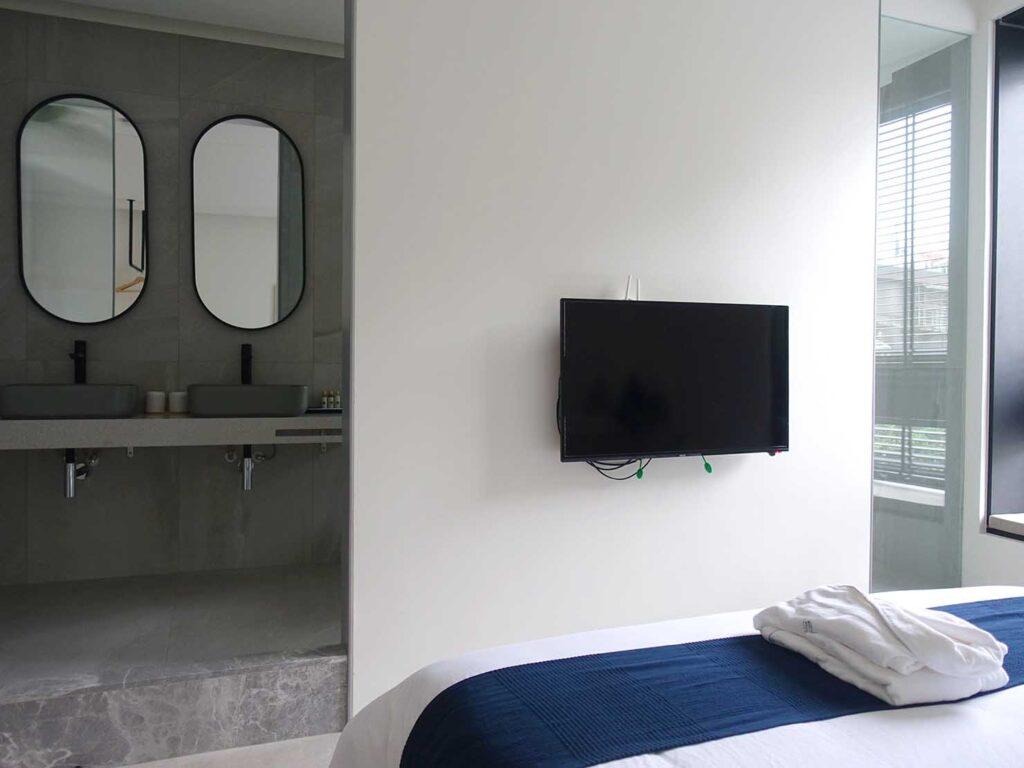 台北・九份のおすすめゲストハウス「九份山午」デラックス・クイーンルームをベッド側から