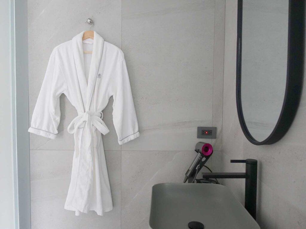 台北・九份のおすすめゲストハウス「九份山午」デラックス・クイーンルームに準備されたバスローブ