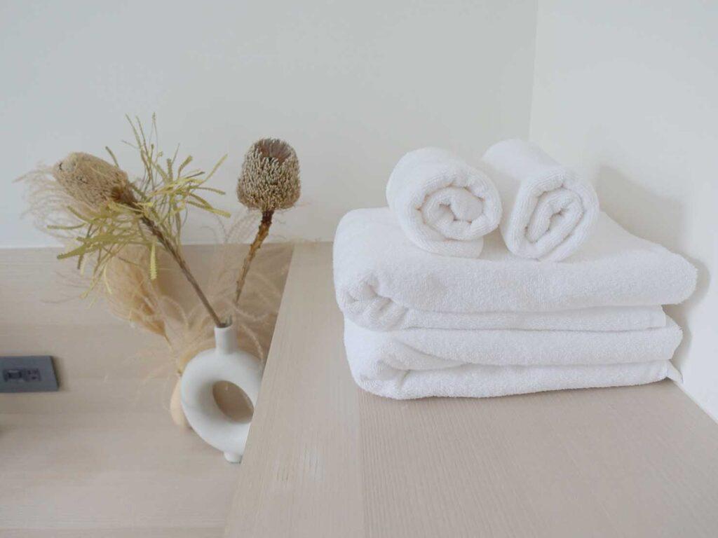 台北・九份のおすすめゲストハウス「九份山午」デラックス・クイーンルームに準備されたタオル