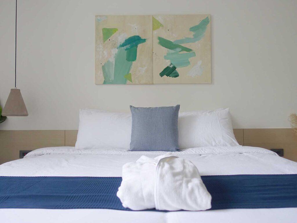 台北・九份のおすすめゲストハウス「九份山午」デラックス・クイーンルームのベッドをバスルーム側から