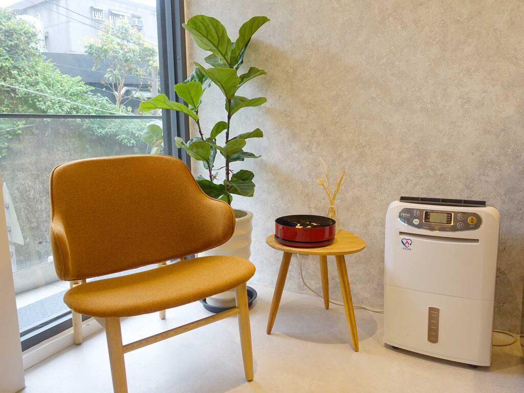 台北・九份のおすすめゲストハウス「九份山午」のロビーに置かれた椅子