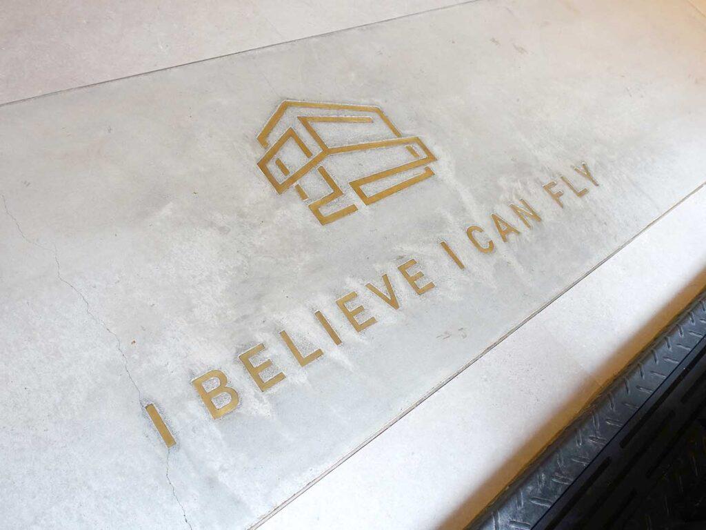 台北・九份のおすすめゲストハウス「九份山午」のロビー床に刻まれた文字