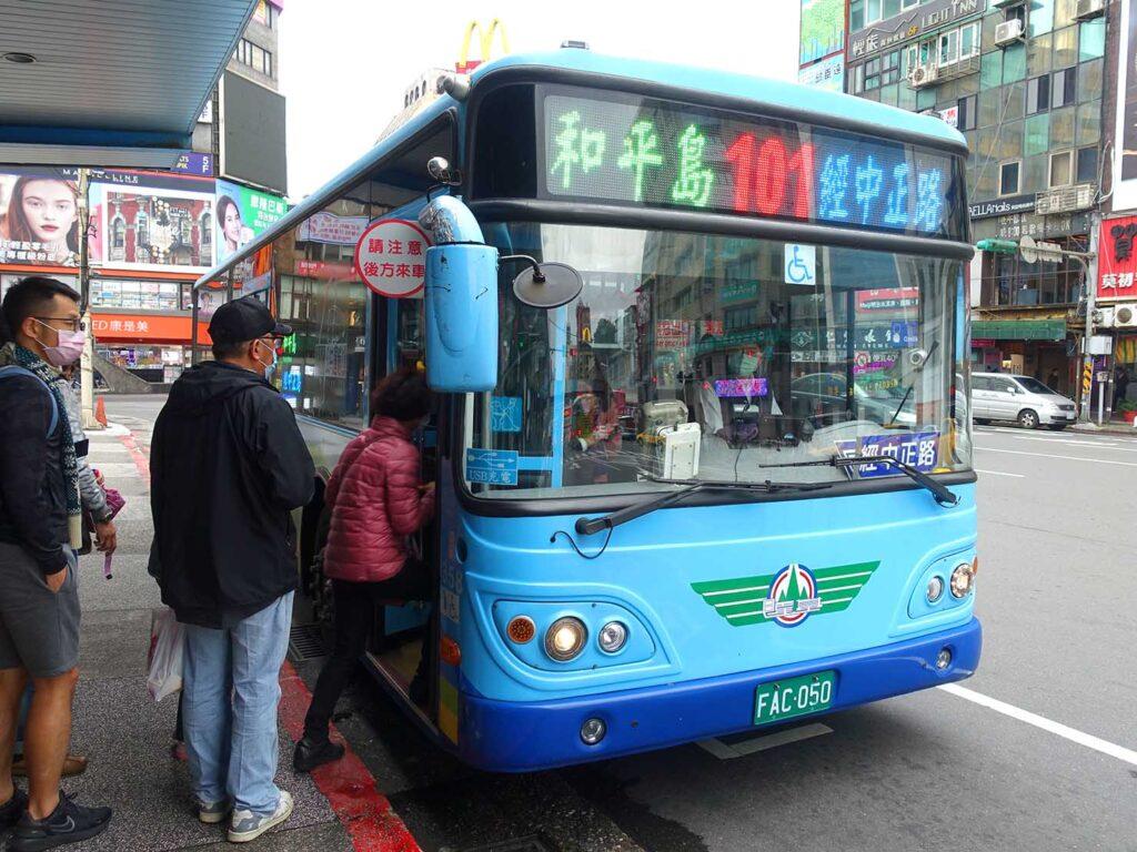 基隆・E-square前から出発する104路線バス