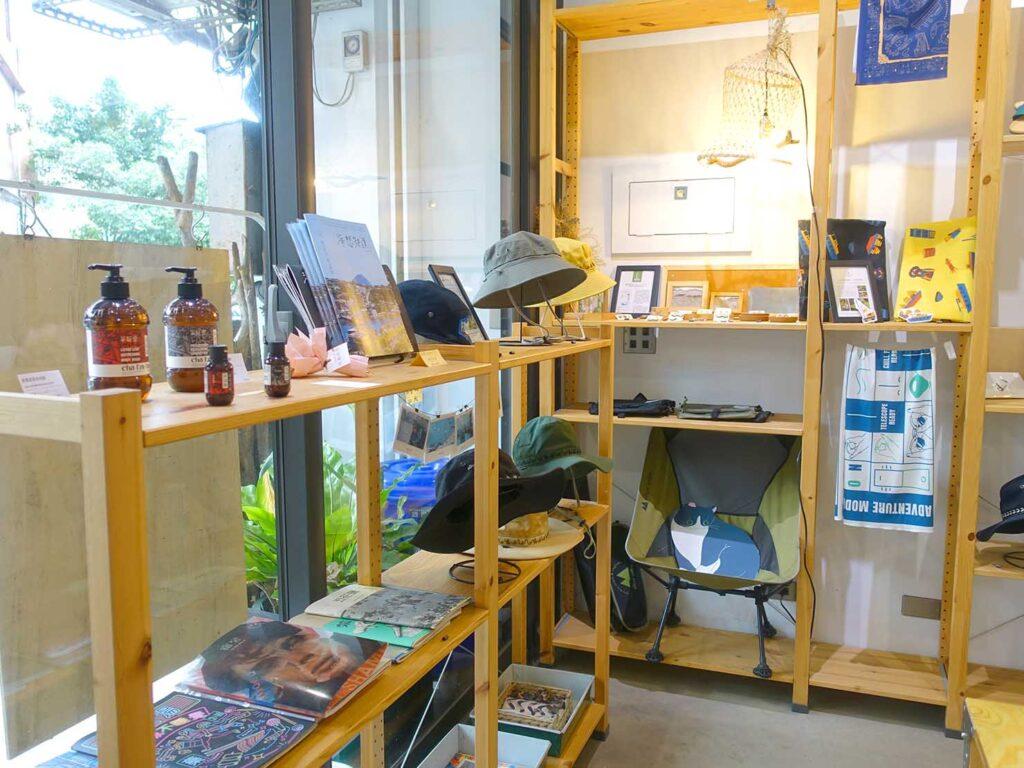 基隆・和平島のおすすめゲストハウス「粼島旅宿 Spangle Inn」セレクトショップスペースの陳列棚