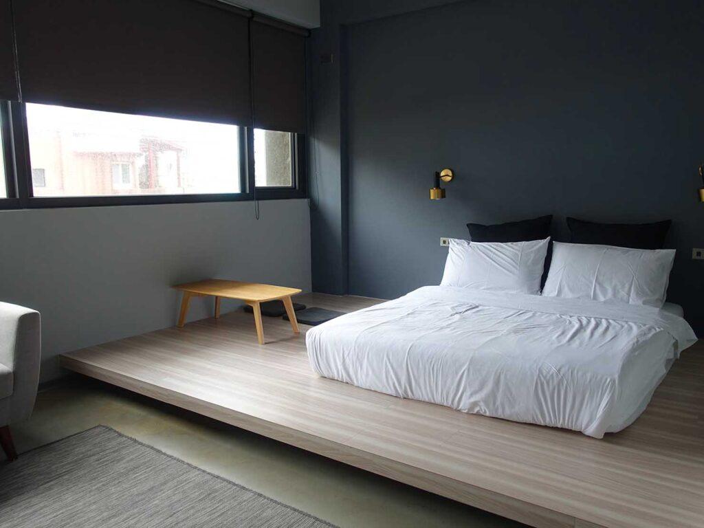 基隆・和平島のおすすめゲストハウス「粼島旅宿 Spangle Inn」オーシャン・ダブルルームのベッドスペース
