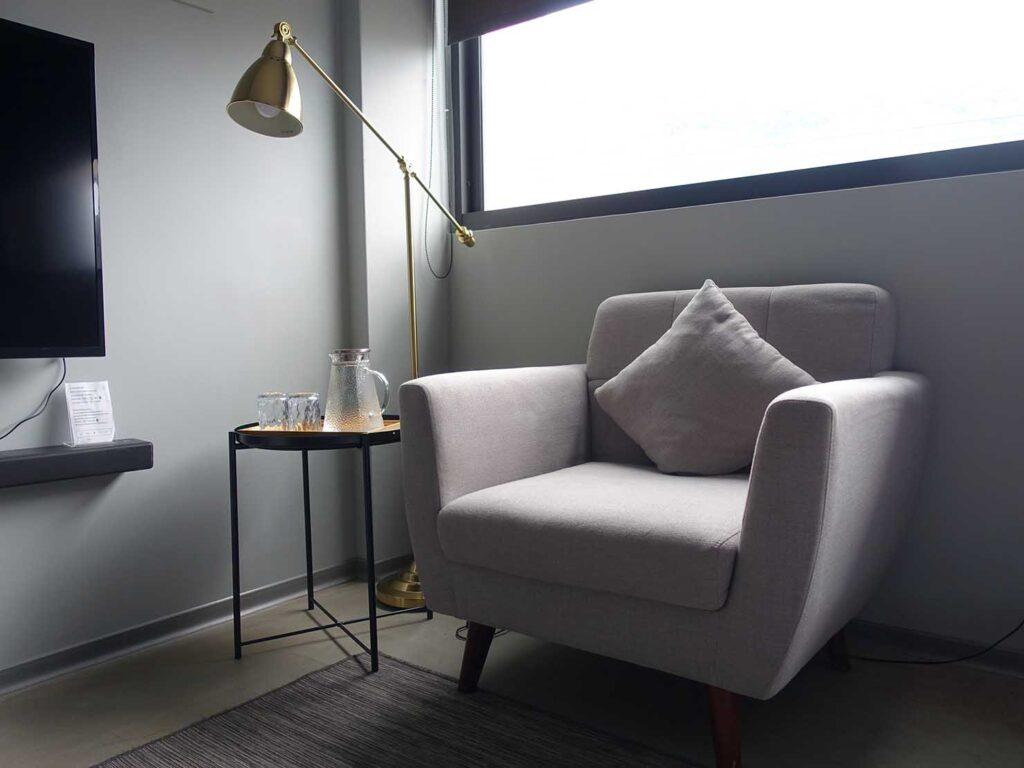 基隆・和平島のおすすめゲストハウス「粼島旅宿 Spangle Inn」オーシャン・ダブルルームのソファ