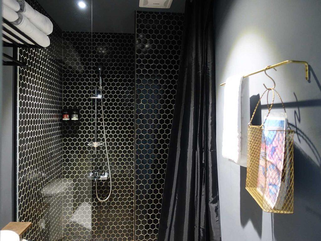基隆・和平島のおすすめゲストハウス「粼島旅宿 Spangle Inn」オーシャン・ダブルルームのバスルーム